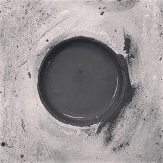 Foro di colaggio. Il gesso assorbe lacqua io assorbo birra. Siamo simili.       #slipcasting #plastermold #darkclay #studiopottery #plaster #castingslip #craft #handmade #artist #artisan #ceramicart #stoneware Nest Thermostat, Garden Pots, Instagram, Plastering, Garden Planters