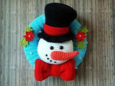 Weihnachtszeit ist Türkranzzeit und mit diesem niedlichen Schneemann holst Du Dir die Winterstimmung ins Haus! Er grüßt mit einem freundlichen Schmunzeln und hat sich fein mit Zylinder und Schleife herausgeputzt! Ein mit Perlen dekorierter Kranz und Wi