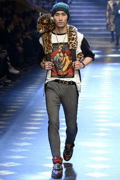 Dolce & Gabbana Fall 2017 Menswear Fashion Show Collection: See the complete Dolce & Gabbana Fall 2017 Menswear collection. Look 36 Urban Fashion, Trendy Fashion, Fashion Show, Male Fashion, High Fashion, Jordan Shoes, Gq, Dolce And Gabbana 2017, Style Costume Homme