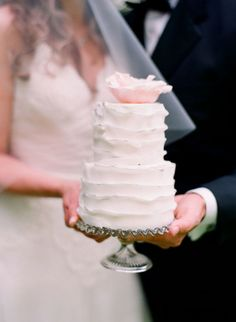 This would be great as the bride & groom cake and give the guest cupcakes or mini cakes Pretty Cakes, Beautiful Cakes, Amazing Cakes, Mini Wedding Cakes, Mini Cakes, Cupcakes, Cupcake Cakes, Cake Batter Dip, Wedding Cake Inspiration