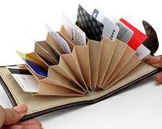 カードケースを全開にした様子。仕掛け絵本のようにカードが飛び出すので、出し入れが簡単。