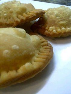 Pastelitos Zulianos: Para la masa: 1 Kg de harina de trigo sin leudante. 1/2 Taza de aceite vegetal. 1/2 Taza de azúcar. 1 Cucharada de sal. 1 Cucharadita de esencia de mantequilla. 2 Tazas de agua fría. 2 Papas. 1/2 Kg de queso blanco. 1/2 Kg de queso mozarella.