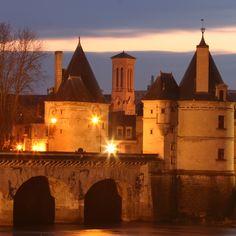 Pont Henri IV nuit dans la nuit Photo du Service Tourisme Contact : 05.49.20.30.87