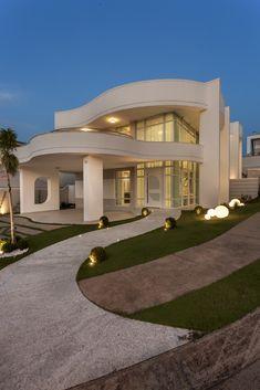 Pin by Gitel Litmanowicz on Exterior de casas modernas in 2020 Home Entrance Decor, House Entrance, Modern Minimalist House, Modern House Design, Interior Exterior, Exterior Design, Flat Roof House, Miami Houses, Casa Real