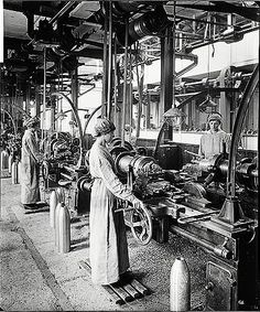 In 1915 the Cunard Steamship Company's store and engineering works at Rimrose Road, Bootle, England was converted to operation as a munitions factory. The predominantly female workforce manufactured various sizes of shells. 1917 picture showing women standing on duck boards working on lathes.  I like the little cranes or lifts that they have attached to the end of each lathe bed Engineering Works, Marine Engineering, English Wheel, Industrial Photography, Vintage Tools, Industrial Revolution, Machine Tools, Machine Design, Factories