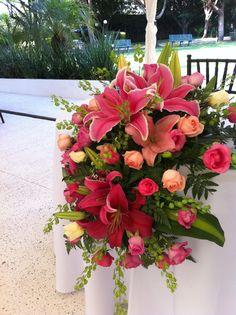 Rosas rosas y rojas para la mesa de los novios de Florería el Paraíso en Quinta Pavoreal del Rincón. www.pavorealdelrincon.com.mx