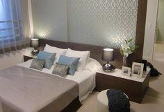 インテリアコーディネート ベッドルーム・寝室 波をイメージしたアクセントクロスと端から端までのベッドヘッドがゆったりとしたくつろぎの空間を演出。