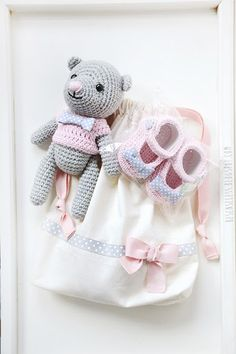 Crochet baby shoes and amigurumi bear with pink sweater - besenseless.blogspot.com