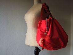 Dolce Rosso    Geräumige Strandtasche aus beschichteter roter Baumwolle mit Lederboden und Lederhenkel. Einfach ideal für einen schönen Strandtag oder auch einen Bummel durch die Stadt.