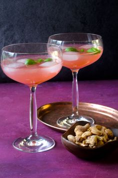 Rabarber gin sour Drinks Med Gin, Cocktail Drinks, Cocktail Recipes, Cocktails, Baileys Cheesecake, Shandy, Yummy Drinks, Clean Eating Snacks, Tapas