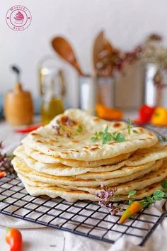 wypieki beaty chlebki naan indyjskie Gyro Pita, Homemade Naan Bread, Cooking Recipes, Healthy Recipes, Healthy Food, Food Hacks, Dinner Recipes, Food And Drink, Lunch
