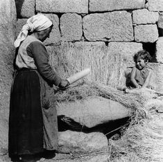 Mazando o liño | Beating the flax, ca. 1932