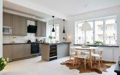 jolie cuisine -blanc-gris-crédence-carrelage-métro-blanc-tapis-peau-bête