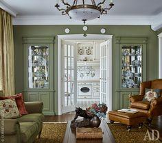 Вид из гостиной на кухню. Встроенная мебель сделана по эскизам дизайнера в Италии. На стенах краска, Farrow & Ball (оттенок № 13).