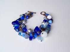 Modrá jako noc - náramek Barva: Mix modrá, bílá Délka: 18cm Náramek má staroměděné komponenty. Náramek je ketlovaný z mix korálků. Náramek dle domluvy můžu upravit.