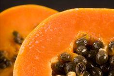 Un beneficio importante de la papaya es su poder como desintoxicante debido a la cantidad de fibra que posee. Esta fibra aunado a los antioxidantes que la papaya posee ayudan a limpiar los intestinos y el colon.