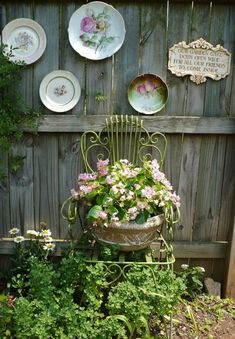 Cottage Gardens Vintage Garden Decor Ideas: Antique Chair Planter Plus Vintage Plates - The modern life is changing our life but cannot replace old values. Looking for vintage garden decor designs Unique Gardens, Rustic Gardens, Amazing Gardens, Beautiful Gardens, Kew Gardens, Small Gardens, Rustic Garden Decor, Vintage Garden Decor, Antique Decor