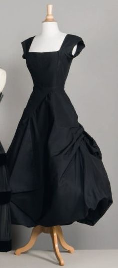 Vintage Dressing I love this little black dress. Simple yet detailed with the skirt bustle detail. Fashion Art, 1950s Fashion, Fashion History, Vintage Fashion, Style Fashion, Dresses Elegant, 50s Dresses, Vintage Dresses, Vintage Outfits