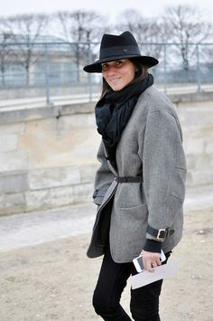 Check out Emmanuelle Alt style during Paris Fashion Week. Vogue Paris Editor in Chief best looks. Emmanuelle Alt Style, Vogue Paris, Mode Style, Style Me, Fashion Week, Womens Fashion, Fashion Editor, Paris Fashion, Fashion Gone Rouge