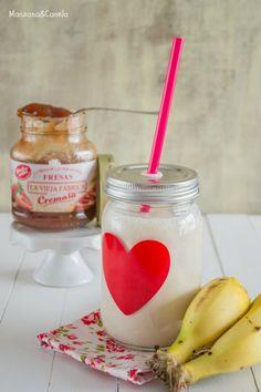 Batido de plátano y mermelada de fresa. Banana and strawberry jam smoothie.
