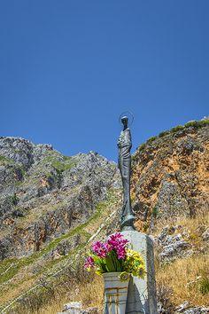 Sizilien - die Statue 'Madre Madonita' am Ortseingang von Isnello in den Madonien. Mehr zu diesem Naturschutzgebiet im Hinterland von Cefalù lest ihr hier - Die Madonien: Bergdörfer, Wanderpfade, Adlerfelsen: http://www.trip-tipp.com/sizilien/ausfluege-natur/madonien.htm #sicily #sicilia