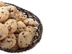 Receita de Cookie com gotas de chocolate - 200g de manteiga sem sal, 1 ½ xícara (chá) de açúcar (250g), 1 gema (22g), 2 ½ xícaras (chá) de farinha de trigo (300g), 1 ½ xícara (chá) de Gotas de chocolate para Confeitaria (240g)