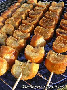 Szaszłyki czosnkowo-ziołowe z pieczywa. Garlic and herb bread from grill. Herb Bread, Barbacoa, Bbq Grill, Party Snacks, Grilling Recipes, Tapas, Sausage, Pork, Food And Drink