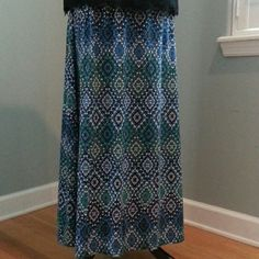 Basic Editions Maxi Skirt Like new! Gorgeous printed maxi skirt in a fun blue, green, white & black print. Elastic waist and very comfortable. 60% Cotton & 40% Polyester. Basic Editions Skirts Maxi