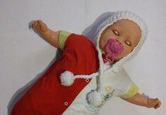 Touca de crochê bebê feito à mão nas cores branca e mesclado ( verde e branco) com pompom  Tapa orelhas    Cores: branca e mesclado(verde e branco)  Material: lã  Tamanho: Recém-nascido    Apenas uma unidade para cada cor.  Pronta entrega R$ 25,00