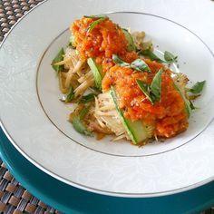 Segunda sem carne e começando uma semana detox! Dica de almoço é canelone de abobrinha recheado com spaguetti de palmito cremoso cobertos com purê de tomates. Ingredientes: 4 fatias de abobrinha 1 …