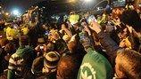 Aficionados del Celtic animando en la llegada de su equipo. [12.02.13]