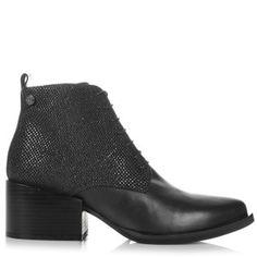 Η σειρά Love Moschino του μεγάλου ιταλικού οίκου Moschino παρουσιάζει τις δημιουργίες της φετινής σεζόν Fall Winter 15/16...!!Τσάντες , παπούτσια και αξεσουάρ προσδίδουν μοναδικό στυλ , που σίγουρα αρκεί για να αναδείξει την οποιαδήποτε εμφάνισή σας!