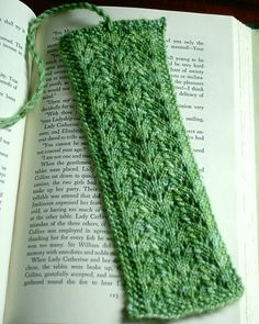 knit a bookmark to give with a book...free pattern Knitting Stitches, Knitting Patterns Free, Knitting Socks, Knit Patterns, Free Knitting, Free Pattern, Loom Knitting, Yarn Projects, Knitting Projects