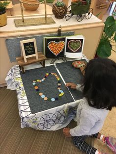 Loose parts shape practice Reggio Inspired Classrooms, Reggio Classroom, Preschool Classroom, Preschool Activities, Play Based Learning, Early Learning, Valentines Day Activities, Classroom Inspiration, Creative Play