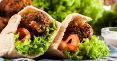 Cuisinez cette recette de falafels aux flocons d'avoine pour un lunch nutritif et savoureux. Cette recette santé et sans viande fera plaisir à votre palais! Falafels, Vegan Vegetarian, Vegetarian Recipes, Vegetable Recipes, Hamburger, Tacos, Vegetables, Ethnic Recipes, Bruschetta