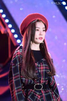 Red Velvet's Irene is a super gorgeous visual! Here are times Irene wore a cute beret, and killed it with her ethereal beauty! Seulgi, Red Velvet Irene, Black Velvet, Velvet Style, Mode Ulzzang, Rapper, Black Berets, Redvelvet Kpop, Classy Suits