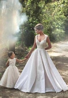 I absolutely love the idea of matching the flower girl dresses with your wedding gown… The same fabric, the same color, the same basic-pattern as your wedding Mother Daughter Fashion, Mother Daughter Matching Outfits, Mommy And Me Outfits, Mom Daughter, Daughters, Best Wedding Dresses, Bridal Dresses, Wedding Gowns, Girls Dresses