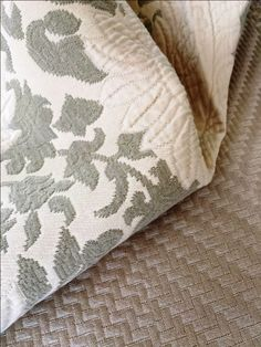 NOVA COR | Greige  é a cor que está em alta na decoração. Uma mistura bem dosada do cinza com o bege. Simples assim! # tecidosparadecoracao #entreposto #greige #decoracao  #SpenglerDecor