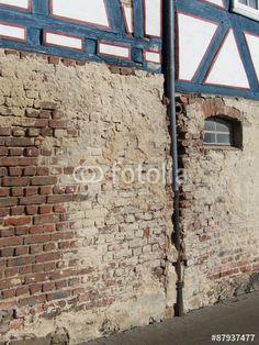 Altes Mauerwerk aus Backstein mit bröckelndem Putz eines Fachwerkhauses in Wettenberg Krofdorf-Gleiberg