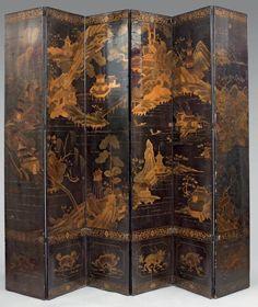 PARAVENT à six feuilles en bois laqué noir à décor en laque or de jeunes femmes et enfants dans des jardins d'un palais. Les bordures ornées d'une frise de pivoines feuillagées et rinceaux entourant des médaillons de qilin. Le dos décoré d'un paysage lacustre. Chine, Canton, vers 1800. (Accidents et restaurations). Hauteur: 223 cm Largeur d'une feuille: 43 cm