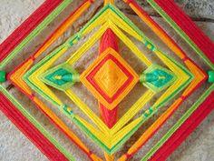 Olho-de-Deus feito com linhas de crochê 100% algodão, varetas de bambu, miçangas e fitas de cetim