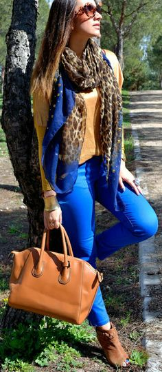 Leopard scarf + royal blue skinnies + brown bag | Street style outfit