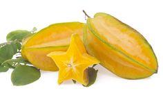 Carambola. Se produce en Malasia, Tailandia, indonesia y Brasil. Las variedades de mayor tamaño son de color dorado, más dulces y con una leve nota de acidez.  Las variedades más pequeñas son muy agrias tienen tonos pálidos, verdes o amarillos.