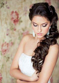 coiffure mariage -cheveux longs bouclés sur le côté avec perles