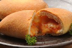 I panzerotti fritti sono tipici della Campania e della Puglia e si prestano a mille rivisitazioni giocando con i ripieni ed i sapori
