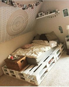 52 Amazing Pallet Bedroom Design Ideas Wood pallet bedroom furniture ideas are surely among the most bedroom decoration that you will see today. Deco Studio, Diy Pallet Bed, Bed Pallets, Pallet Bed Frames, Wood Pallet Beds, Stylish Bedroom, Modern Bedroom, Contemporary Bedroom, Master Bedroom
