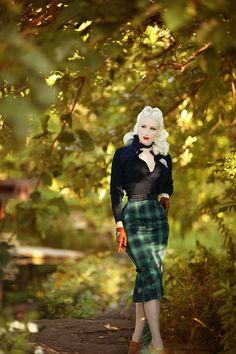 Style Green Plaid Pleated Agnes Pencil Skirt is true tartan titillation! Vintage Green, Vintage Tops, Vintage Dresses, Vintage Style, 1950s Fashion, Vintage Fashion, Blue Pallets, Idda Van Munster, Pinup Girl Clothing