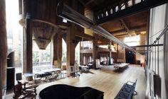 Projeto do arquiteto Ricardo Bofill, que construiu sua casa e escritório sobre as antigas ruínas de uma fábrica abandonada.