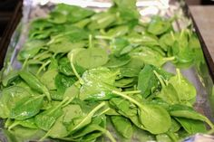 Like other dark green, leafy vegetables, spinach is a nutritional powerhouse. Because all methods of cooking destroy some nutritional value, the best way to maximize nutrient intake is to eat fresh spinach raw. Cook Fresh Spinach, Frozen Spinach, Vegetable Noodles, Spinach Leaves, Food Hacks, Food Tips, Cherry Tomatoes, Vegan Vegetarian, Roast