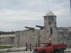 A la entrada del puerto de La Habana se encuentra la pintoresca fortaleza Castillo del Morro en cuyo interior se encuentra un faro que dirige la navegación.